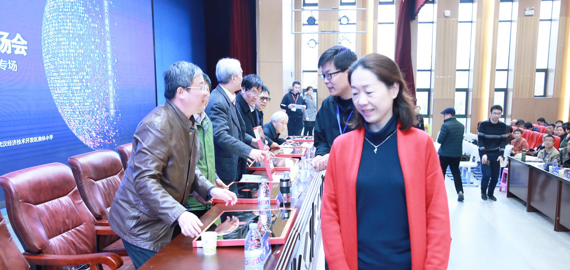 开幕式上还为新加入联盟的理事单位和理事颁发了牌匾和聘书。