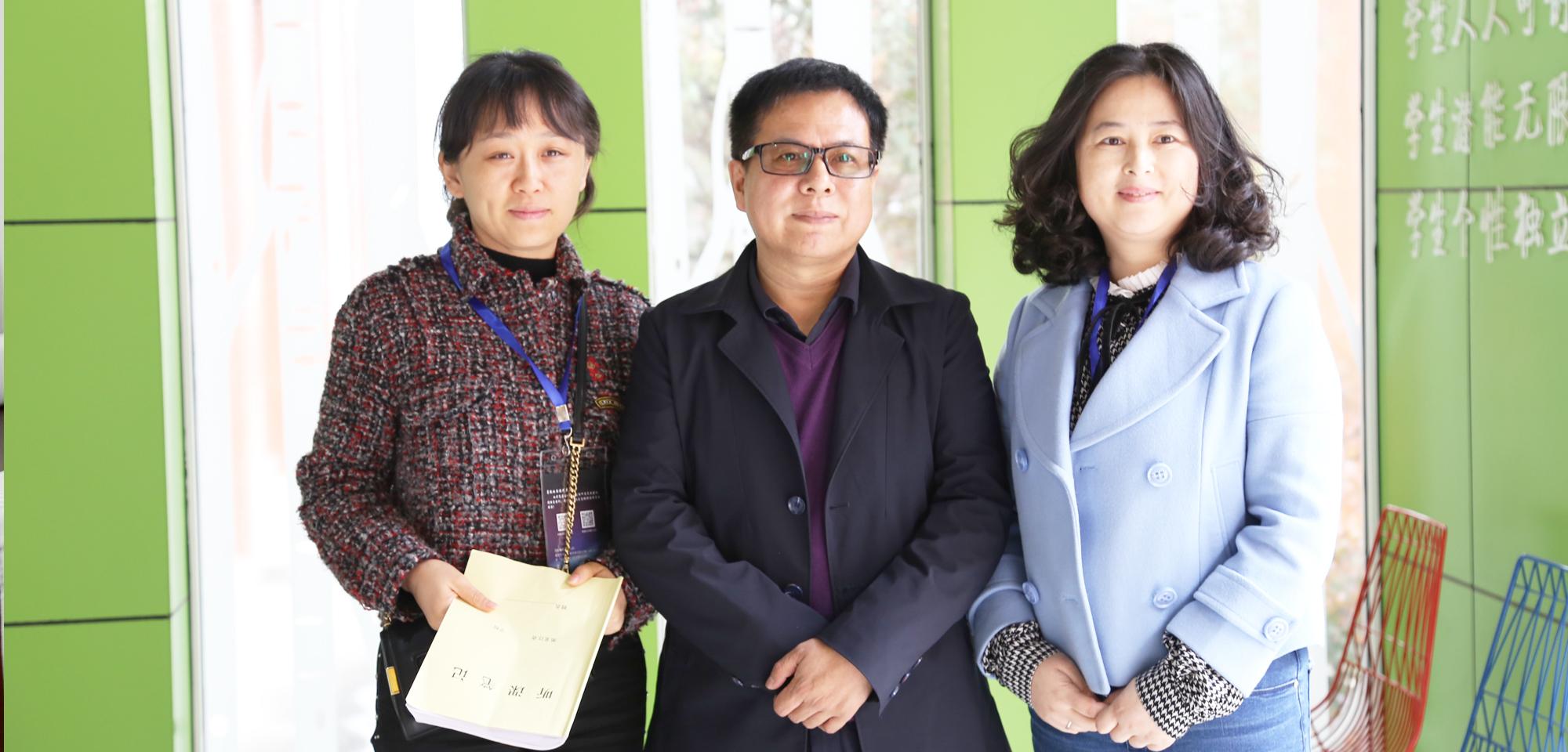 理事长朱孝忠与山西的代表交流工作室研修经验。
