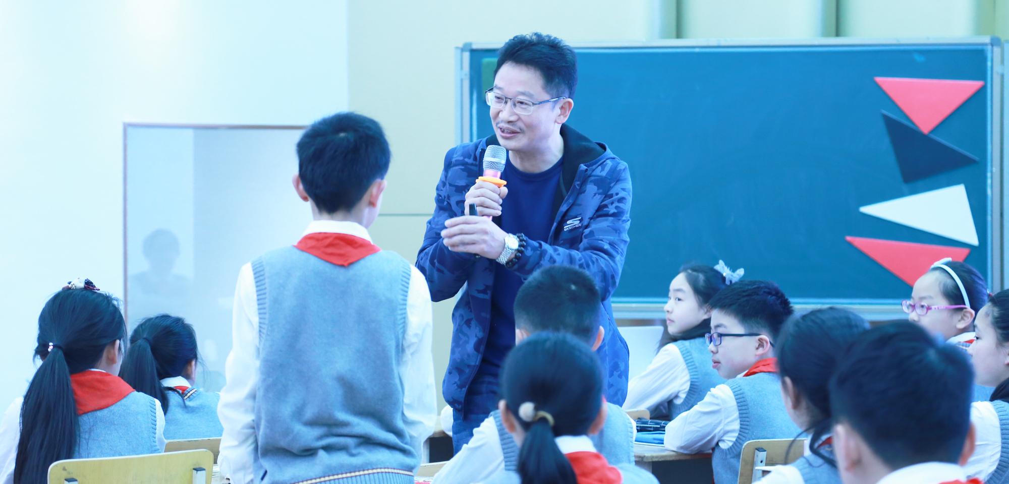 2节观摩课结束后,与会教师开怀畅谈,各抒己见,进行了精彩纷呈的现场交流活动。与教师们重点研讨了教学设计的解读、课堂互动研讨,进而提出了个人教学主张。教育即生活,生活中处处皆有可利用的教学资源,运用教育智慧在有限的课堂空间内挖掘出更多的教学资源,是每位专业型教师终身学习的课题。联盟副理事长著名英语教学专家田湘军的精彩课堂受到一致欢迎
