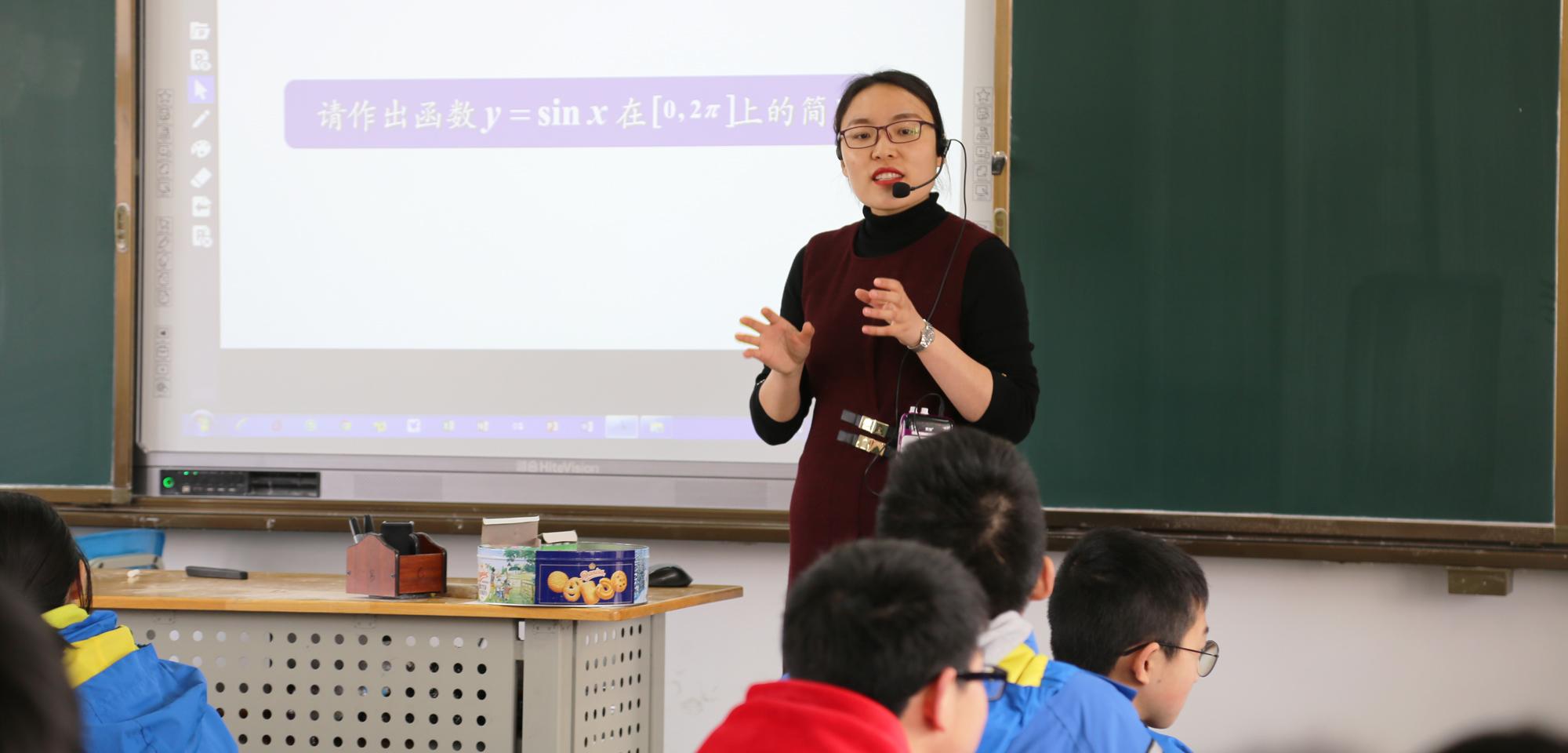 """但是:""""好课堂应该把学生放在主角的位置,站在课堂的中央,老师可以是导演,可以使编剧,但却不能是主角。"""""""
