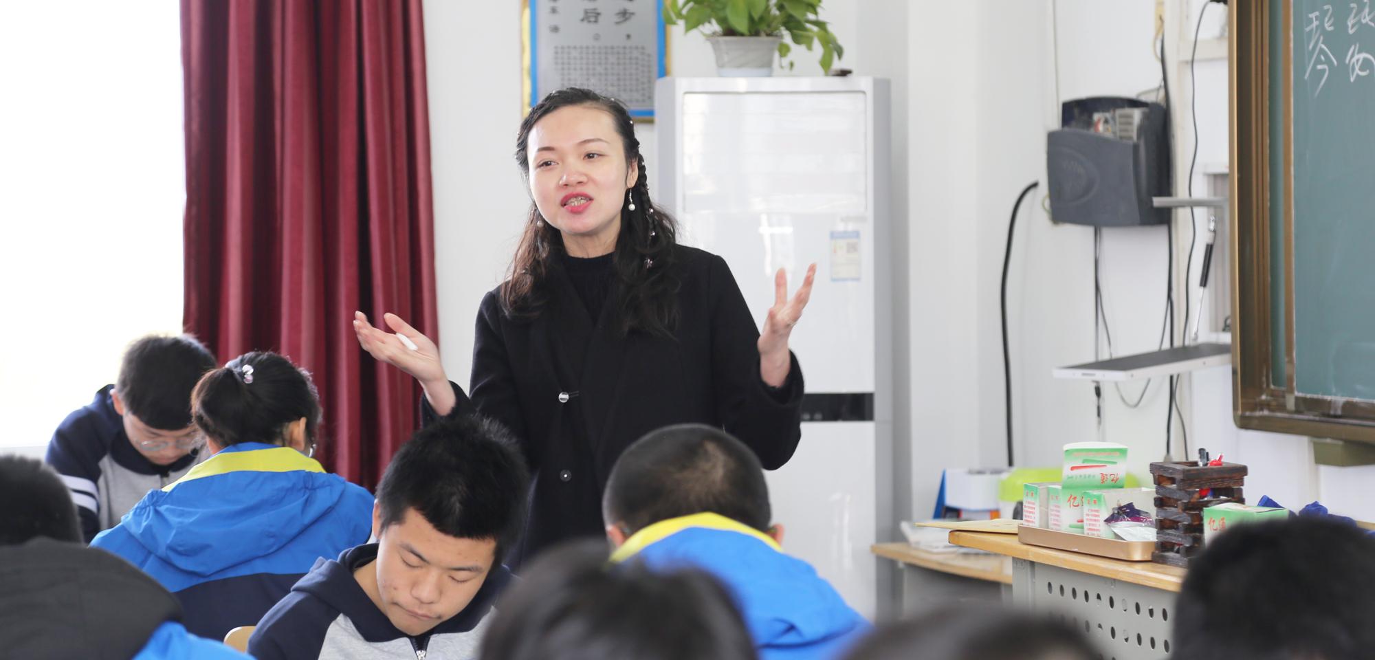 """学生的学习不能只停留在接受知识和应试上。""""学而不思则罔"""",作为老师,课堂应该给学生思考的余地,给学生创新的空间,学生没有思考,就没有学习的后劲。分数高不一定素养高,但素养高就往往也分数高。因此,老师设计课堂时不能以""""我要教什么""""为主导,而是""""学生需要我教什么""""为主线。课堂不需要花架子,思路很重要,把学生放在课堂中央更重要。"""