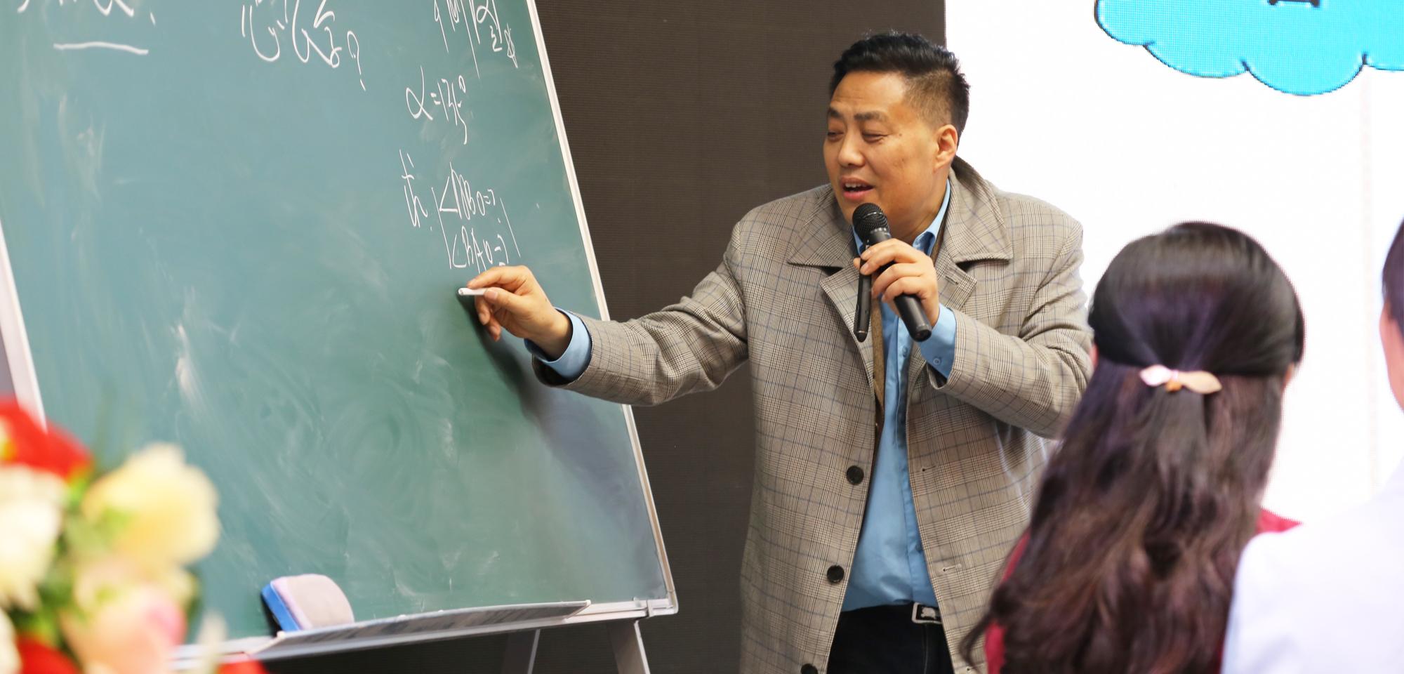 """此外,他以他工作室的成员刘东生成长的经历作为实例,提出名师工作室主持人应该如何担起引领的责任,而工作室的学员又应该如何进行""""教改""""才能从普通老师中脱颖而出成长为名师。"""