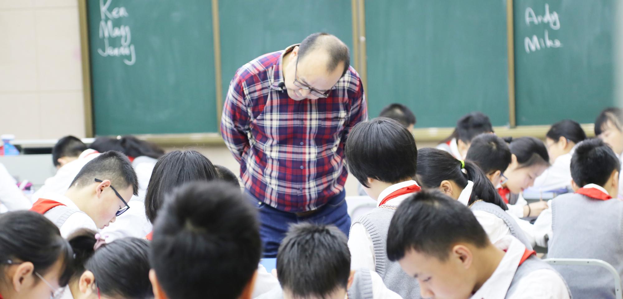 (53)联盟副理事长著名英语教学专家田湘军观摩课结束后,与会教师开怀畅谈,各抒己见,进行了精彩纷呈的现场交流活动。以个人示范课为范例,与教师们重点研讨了教学设计的解读、课堂互动研讨,进而提出了个人教学主张。教育即生活,生活中处处皆有可利用的教学资源,运用教育智慧在有限的课堂空间内挖掘出更多的教学资源,是每位专业型教师终身学习的课题。